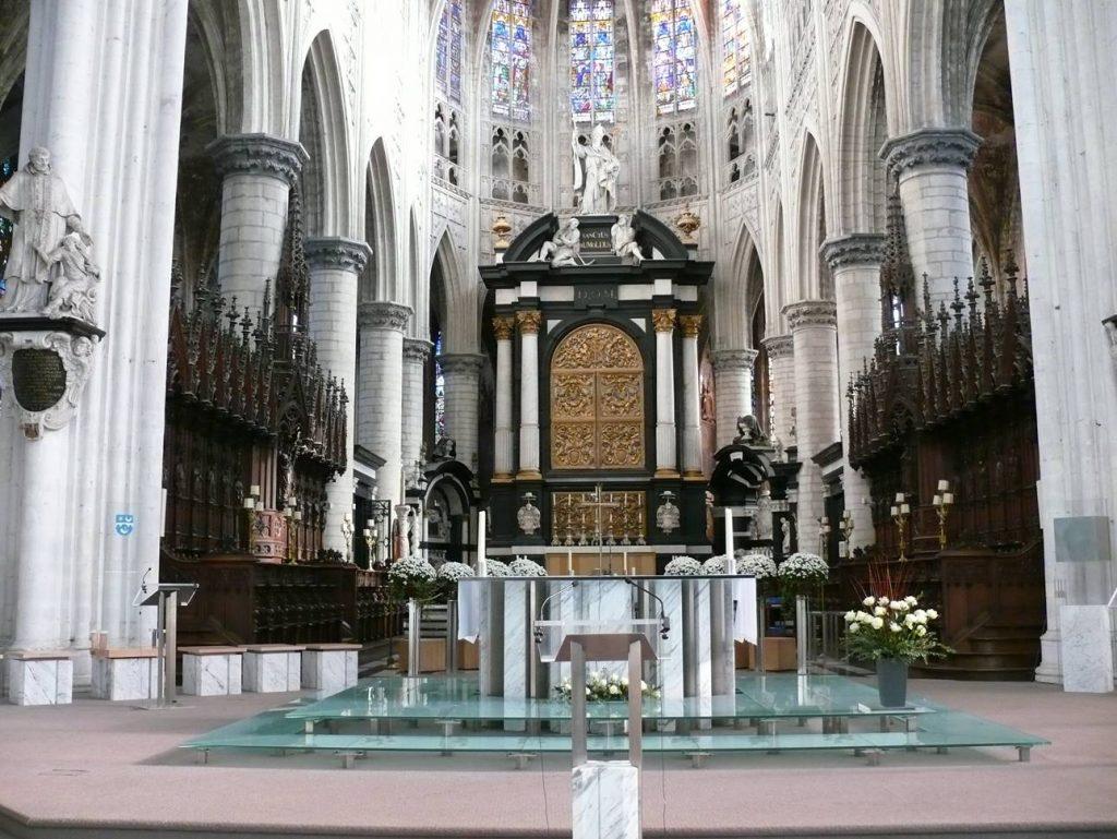 Altaar, stoelen, pupiter en paaskaars voor Sint Romboutskathedraal te Mechelen